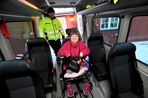 Monica Johansen i Lillehammer får kommunal transport til jobben hver dag. Fra 15. februar 2021 mister både hun og andre med spesielle behov, dette tilbudet. Her hentes og kjøres hun av sjåfør Ole Andreas Ekre.
