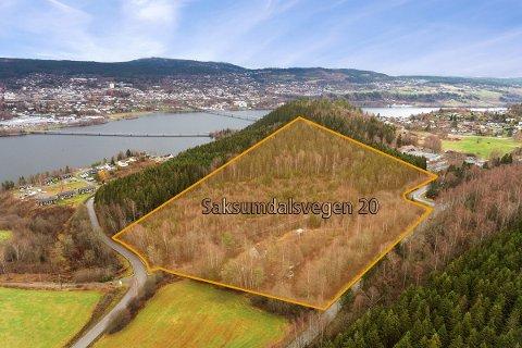 Saksumdalsvegen 20 er solgt. Ny eier har en ambisiøs plan om boligbygging rett nord for Vingar skole. Det krever omregulering.