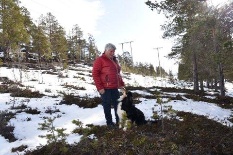Elisabeth Kjønsletten ble sjokkert da hun fant ut hvor mye kommunen har skrevet ut i eiendomsskatt på tomter hun mener ikke er verdt noe i dag.