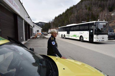 Seksjonsleder ved ambulansen i Nord-Gudbrandsdal, Anita Sletten Nuvstad,  forteller om uønskede hendelser i forbindelse med at trafikken går tett inntil garasjen for utrykningskjøretøy.