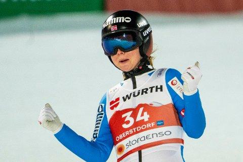 MÅ VENTE: Maren Lundby og hoppkvinnene fikk nei til skiflyging fra det internasjonale skiforbundet.