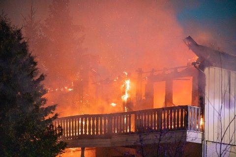 EKSPLOSIV: Det var et voldsomt syn som møtte brannmannskapene. De skjønte raskt huset ikke var til å redde.