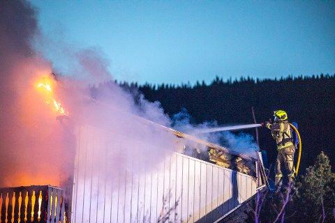 TOTALSKADD: Brannmannskapene gjorde en iherdig innsats, men det var umulig å redde huset fra flammene.