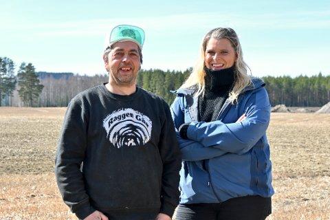 TOTALRENOVERING: Svein Arne Hugsten og Nina Berg skal totalrenovere et brannskadd hus som har stått tomt i 20 år.