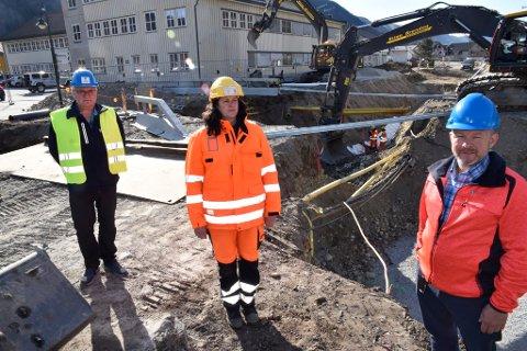Ivar Skogum, Sel kommune, Renate Hagelien, Entreprenør Stian Brenden og Rune Grindtuen, Sel kommune ved en av flere grøfter som er gravd opp i Otta sentrum den siste tiden.