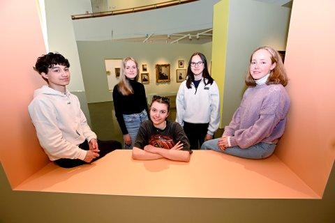 F.v. Sasha Melbø (17), Ida Paulen (18), Klara Johnsgård (18), Emma Prestrud Kjøl (17) og Embla Sognli (19). Aslak Velure (19) var ikke til stede da bildet ble tatt.