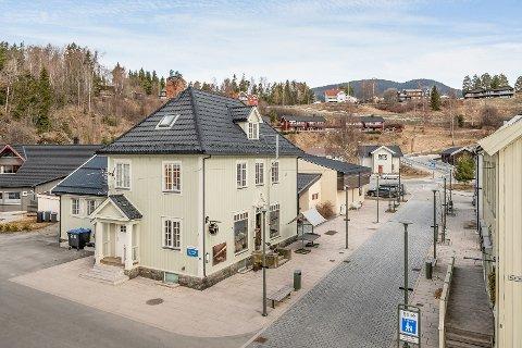 Eiendommen, som ligger sentralt i Ringebu, er til salgs. Bygget innehar en blomsterbutikk og to leiligheter.