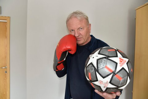 Frank Westad er kommunedirektør, fotballtrener og boksetrener.