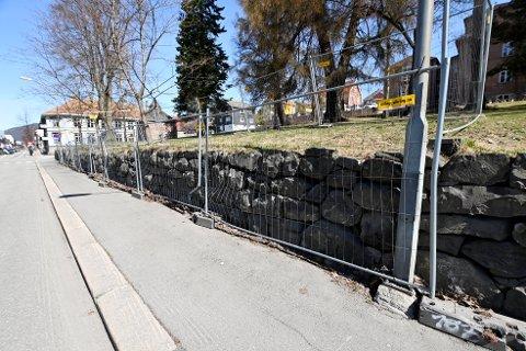 Nesten 40 meter av den skadde muren mellom Lillehammer videregående skole og Storgata, er inngjerdet.