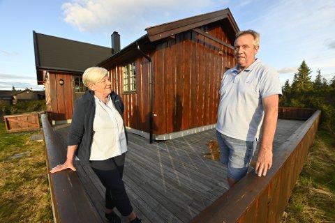 ENDELIG: Endelig kan Heidi og Terje Stjernen Storhaug legge legge konflikten om terrassen ved hytta på Melsjøen bak seg. Torsdag fikk de att på til uforbeholden unnskylding av planutvalget.