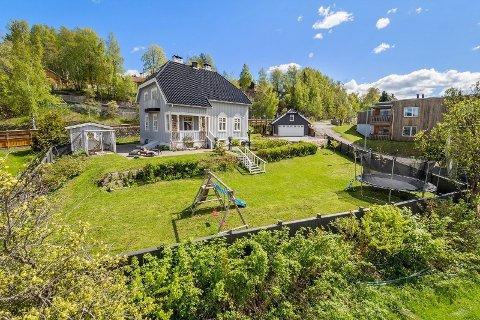 Anders Sandvigs gate 8 A er på nesten 1,3 mål og en av Lillehammers dyreste eneboliger etter salget nylig.