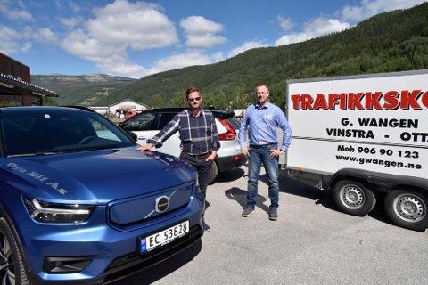 Håvard Wangen i G. Wangen Trafikkskole og daglig leder i Øya Bil AS, Odd Erik Bergheim, ved den nye ekvipasjen til trafikkskolen.