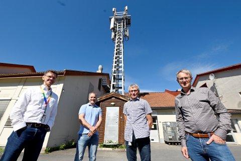 F.v. Adm. direktør i Telenor, Petter-Børre Furberg, systemspesialist Gaute Olsen, leder for Telenor Fåberg, Svein Reistad, og dekningsdirektør i Telenor, Bjørn Amundsen.
