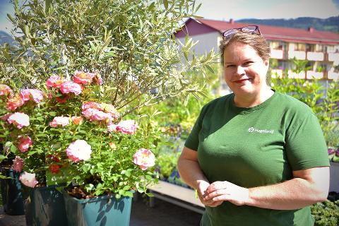 DELER SINE BESTE TIPS: Thea Skauerud på Hageland sørger for at plantene har det godt i sommervarmen.