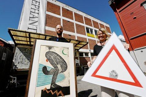 Mads Andreas Andreassen og Hilde Jorunn Hoven foran protestutstillingen i Elephant Kunsthall i Lillehammer.