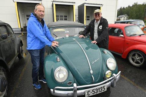 Den gamle kasein-fabrikken på Tretten var sentral i importen av folkevogner til Norge etter 2. verdenskrig. Her Lars Ulvestad i Veteran VW-klubb sammen med meierioperatør Steinar Koen.