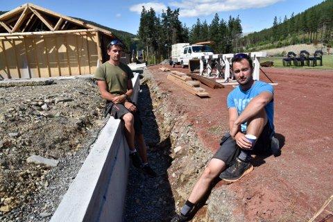 Iver Kleiven og Imbert Kleiven ved byggeplassen på Lalm idrettsanlegg.