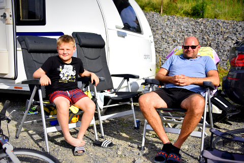 RØMTE FRA DRITTVÆRET NORDPÅ: Ørjan Hansen og sønnen Eskild Hansen (9) dro sammen med resten av familien til Lillehammer for å slippe unna det dårlige været i Tromsø. Her har de stått i kø i snart et døgn for å komme inn på Lillehammer camping.