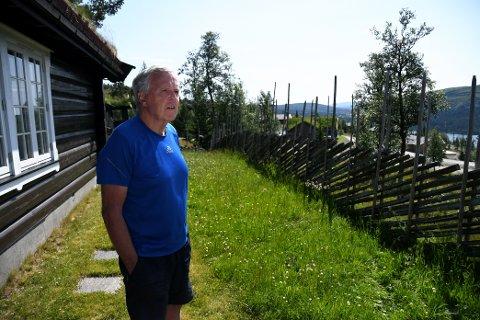 Arve Johnsen synes det er beklagelig at en ny reguleringsplan åpner for andre taktyper enn torv i Toppagrenda på Gålå. Særlig når det skyldes en skrivefeil.