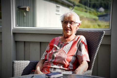 ØNSKET IKKE OPPMERKSOMHET: Anne Orderløkken (93) så ikke noe problem i å rydde opp søpla på parkeringsplassen, og ville ikke ha noe oppmerksomhet eller ros for arbeidet.