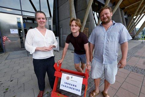 Noah Myklebus Christensen flankert av foreldrene, Ingvild og Jacob.