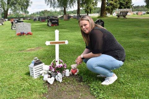 VANSKELIG: Elin Christine Lierstuen Nydal synes det er både fint og vanskelig å være på gravstedet til datteren.