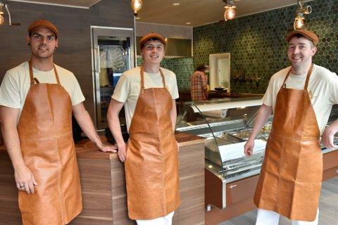 Pål Sandum, Stian Sandbo og Jan Erik Langrusten har gjennomført prøveproduksjon. Snart er de klare til å ta imot kunder i den nye butikken midt i Otta sentrum.