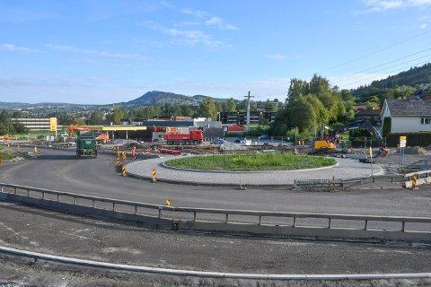 ARBEID PÅGÅR: Rundkjøringen i krysset Mørkvedvegen/Furnesvegen er forsinket.