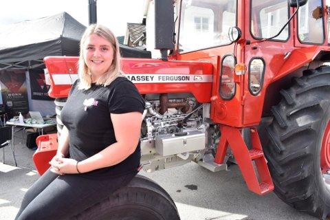 Ragnhild Snerle og de andre i arrangørstaben kan glede seg over et massivt oppbud av både traktorer og folk under årets Traktorrock i Vågå.
