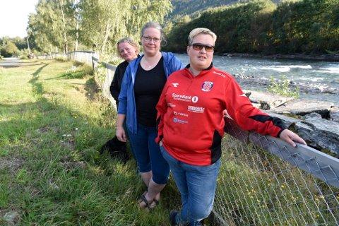 Gro Lillesæter fra Øytun grendahus, grunneier Synøve Slette og Anne Djupalen fra Heidal idrettslag er tre av flere som ber kommunen om å ordne forholdene på Slettøya i Heidal.