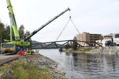 Heiser på plass: Stela bru skal etter planen stå ferdig til overlevering 1. oktober. Tirsdag startet heising av fagverkene.
