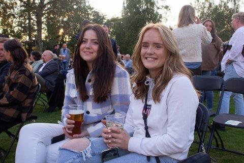 REIST LANGT: Venninnene Hedda (18) og Astrid (19) hadde kjørt helt fra Koppang for å være på Lillehammer Live.