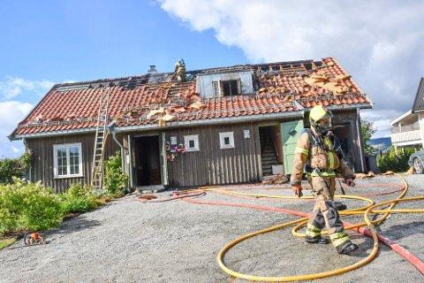 BORTREIST: Beboerne skal ha vært bortreist da det begynte å brenne.