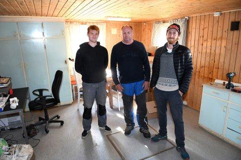 Ola Welve (i midten) fra Lom leide ut kjøkken og stue til filmselskapet bak storfilmen «Troll», som har premiere neste år. Her med Eivind Lundby (t.v) og Odin Møgster fra produksjonsselskapet Motion Blur.