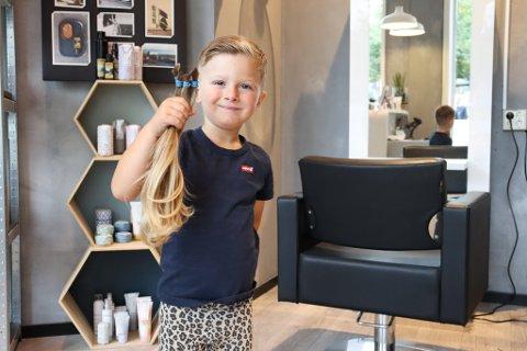 GLAD: Uno (5) viser stolt frem håret han har klippet av som skal sendes til Radiumhospitalet og brukes til parykk. Sveip for å se flere bilder.
