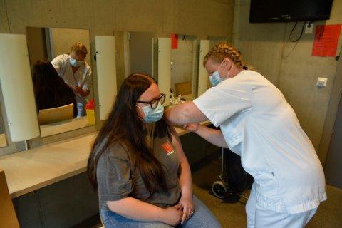 Her sørger Mona Tarud for at Thea Leine (17) får vaksine.