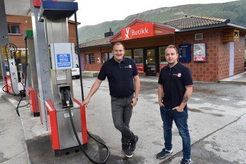 Ole-Kristian Sletten og Eskil Solheim har overtatt bensinstasjonen på Sel.