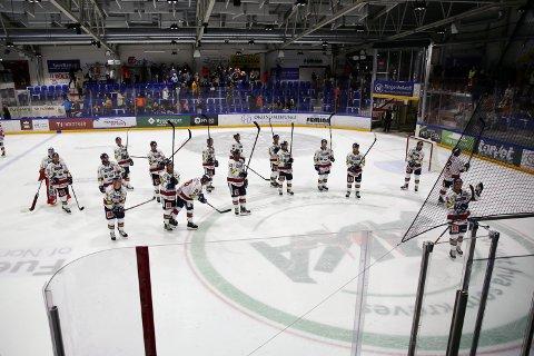 FEIRER: Lillehammer-spillerne feirer en fortjent borteseier over Ringerike Panthers. SVEIP FOR FLERE BILDER
