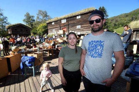 Linda og Lars Erik Viste har stått på i dagevis for å få alle gjenstandane ut på tunet.