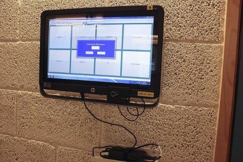 Timeflex: Slike skjermer er montert opp ved alle kommunale arbeidsplasser i Lunner kommune. Selv om ikke lærere skal benytte systemet, skal det fortsatt brukes av andre ansatte ved skolene.