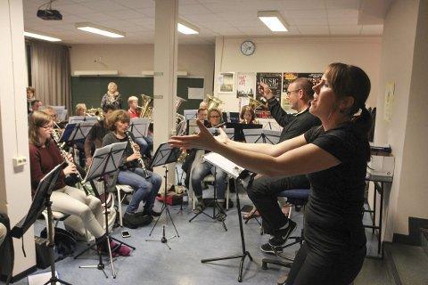Øvelse: Karin Fristad levde seg inn i rollen som Edith Piaf under øvelsen med Hadeland Janitsjar onsdag. – Det er gøy å synge med så mange musikere i ryggen, forteller Fristad.