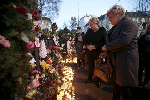 BLOMSTER:  Statsminister Erna Solberg og finansminister Siv Jensen la ned blomster utenfor den  franske ambassaden i Oslo søndag, etter terrorangrepet i Paris fredag kveld.  Foto: Vidar Ruud / NTB scanpix