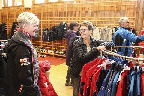 – GODT INITIATIV: Mari Dæhlen (til venstre) og Anne Brit Ellingbø likte seg på BIFs bruktmesse lørdag formiddag.