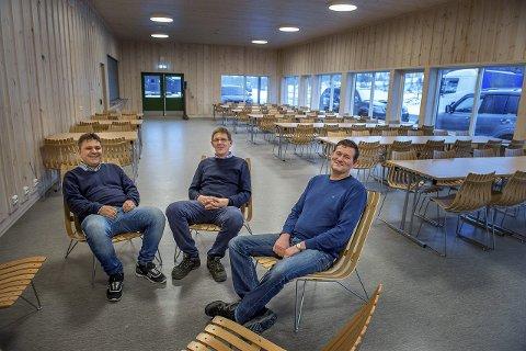 700 KVADRATMETER: Arild Gulbrandsen (til venstre), Terje Nilsen og Terje Sørbråten i Lygna Skisenter gleder seg over det nye servicebygget på Lygna. FOTO: BRYNJAR EIDSTUEN