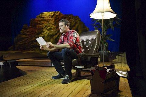 NILS: Håvard Bakke gjør en flimrende figur som Nils. Han er alene på scenen gjennom 90 minutter. Foto: Thomas Haugersveen, Teater Innlandet