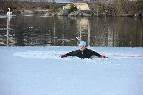 Plumpet ut i: Berit Reinnel får seg en kald dukkert i Harestuvannet. – Ingen ting å være redd for, sa hun etterpå.