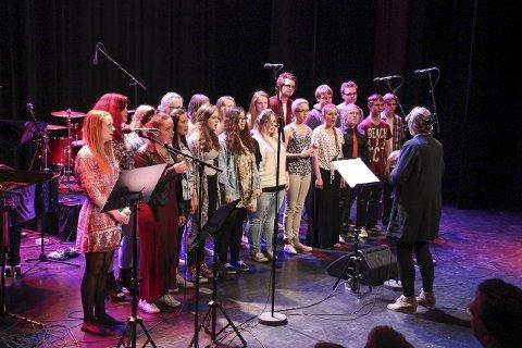 """VG2 og VG3 musikk, synger """"Circle of Life"""", ledet av Grethe Ghanizadeh, akkompagnert på piano av Øyvind Sundsvalen."""
