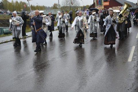 KAN BLI VÅTT: Det kan bli en kald og våt start på 17. mai i år. Akkurat som i 2015, da Jaren Hornmusikkforening byttet ut uniform med bunad, dress og regnfrakker. ARKIVFOTO