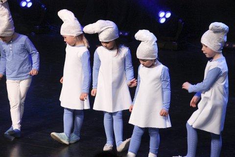 SMÅ OG BLÅ: De yngste smurfet seg gjennom første nummer.
