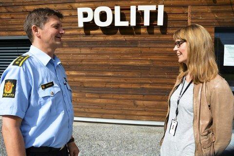 ETTER FERIEN: Lensmann Frank Magne Sletten sammen med sin nye nestleder. Heidi Staxrud blir ny politioverbetjent ved Gran og Lunner lensmannskontor. Hun håper å komme i gang etter ferie.